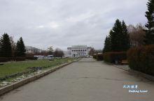 沿着列宁大街走到尽头,就是乌拉尔国立技术大学,主教学楼就是前面那位设计师的作品,大学教学楼前面的广场