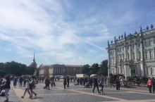 俄罗斯圣彼得堡冬宫广场 冬宫广场是圣彼得堡旅游景点的代表,也是城市举行重大活动的大型会场。 穿过冬宫