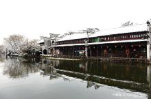 """江南古镇众多,其中又以""""江南六大古镇""""最负盛名,虽然这六大古镇都有着相同的风情,即粉墙黛瓦、小桥流水"""