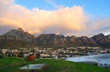 暮色中的开普敦12门徒峰 南非冬天的开普敦有如春天般温暖,最难忘暮色中被落日染成金黄色的12门徒峰,