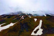 格鲁吉亚,从古道力到卡兹别吉的路上,山上尚未融化的雪,零星的散落在山坡上,在棕色的草甸上,就像牛奶在