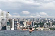 新加坡滨海湾金沙酒店:不只是空中花园 酒店无愧于超五星。房间的门一开启,窗帘自动打开,令人意想不到的