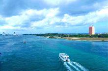 拿骚,巴哈马的主要良港,海水都是那么的碧波万倾,春心荡漾