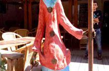 第比利斯城,小巷两边的咖啡馆,门前,手持长矛的农夫,穿着传统服装的农妇,倆可爱的卡通人偶。看着快要歪