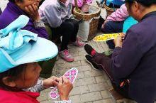 隆林县街头,一群等工作的女人在绣鞋垫,依然那么开心