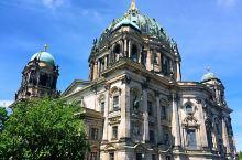 蓝天白云下的柏林大教堂