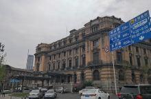 大连中山广场:百年建筑史 中山广场汇聚了大连最多也最为精美的欧式建筑,古罗马式、哥特式、西洋古典式以