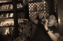 杭州-南宋预街的花事咖啡馆4/11/16 老公在研究当天的景点 我也看看今天的收获 品尝糕点+ 花茶