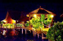 仙本那,卡帕莱水屋星,坐在栈桥边,吹着海风。餐厅兼酒吧24小时,供应酒水。喝点啤酒,看美丽的夕阳、夜