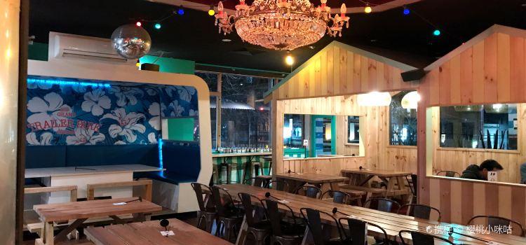 Grand Trailer Park Taverna3