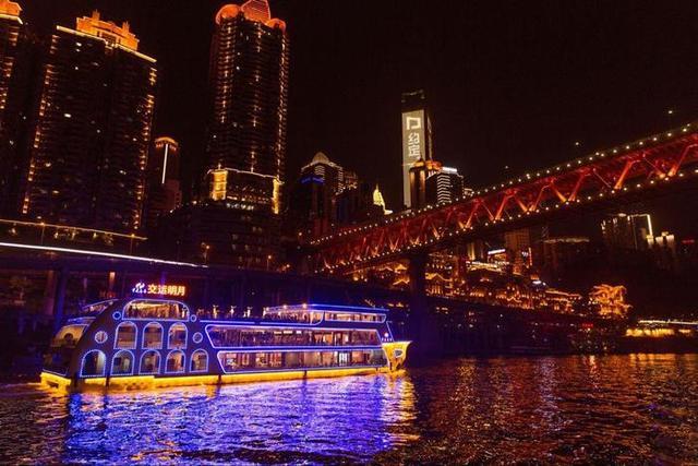 景点介绍   重庆市区热门景点   1、洪崖洞   【两江游轮】   虽然本地人真不怎么坐这个,但坐坐游轮直观的感受山城两江夜景的绚丽和气息是很不错的选择.