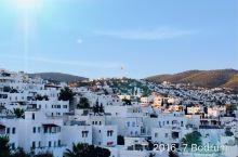 博德鲁姆:爱琴海与地中海的分界线,棕榈成荫的海边道路游人如织,信步而行,海湾则停泊着众多的豪华游艇。