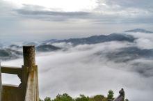 登梅岭之巅,观云遮雾涌