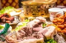 东北偏北的美食高地,肉蛋奶果子齐飞的硬菜天堂,不出国也能吃到三国美食