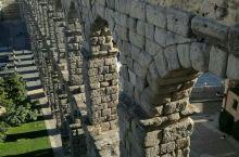 大渡槽、烤乳猪、白雪公主城堡 整个塞哥维亚就是一座世界遗产。 建于1000年前的大渡槽穿城而过,惊叹