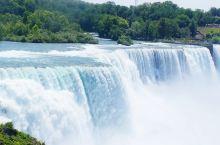 尼亚加拉大瀑布  尼亚加拉瀑布(Niagara Falls)位于加拿大安大略省和美国纽约州的交界处,