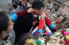 侗族人热情好客,来到侗乡都会敬上一杯美酒。你不喝掐着你的耳朵