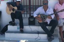 希腊圣托里尼的街头艺人