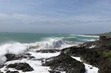船形石旁的大浪,风吹到浪骄傲放纵