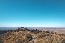 这座山拦住了腾格里沙漠的脚步 号称西北小武当