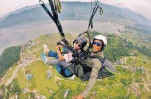 情侣去巴厘岛旅游就应该在情人崖体验滑翔伞,在天空对她说我爱你