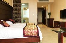 值得一去的酒店——海安王府大酒店  卫生环境及入住环境都还不错,房间也较大,还有水果赠送,很贴心