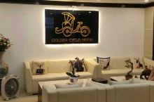 河内入住的金色三轮车酒店,携程上预订的房间。宾馆前台可以说简单的汉语,入住交流都没问题,距离一些景点