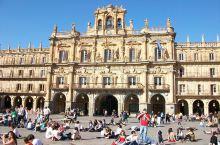 萨拉曼卡主广场是一般公认西班牙最华丽、最有气氛的广场。广场四周有许多餐厅,珠宝店,纪念品店,冰淇淋店