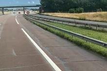 走在去瑞士的高速路上