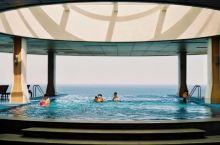 """这艘与大海近在咫尺的""""邮轮""""酒店,用270°无边泳池和全海景房,点亮了夏天!"""