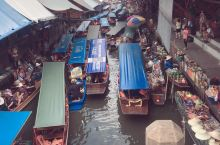 早上起床好像大概8-9点吧,出门打车去曼谷的丹嫩沙多水上集市,曼谷打车,你到了路边才叫车就行,车多得