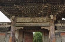 棂星门,为进人西岳庙主城第二院的大门。一座颇有气魄的三间琉璃瓦建筑,单檐歇山顶门楼,系明清砖木建筑。