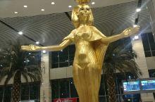 开罗机场二号航站楼的出口,女王欢迎您!