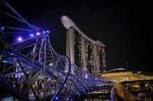 夜色璀璨滨海湾 滨海湾,就像新加坡的心脏,夜色下,跳动得愈发活力。       搭摩天轮或者金沙酒店