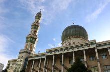 阳光下的东关清真大寺更增添了几分庄重和朴素