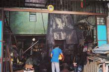 勤劳纯朴的马来人还在用最古老的方式打铁谋生,他们很努力地生活