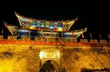大理古城的悠闲时光          大理古城的历史可追溯到唐天宝年间南诏王阁逻凤所筑的羊苴咩城,现