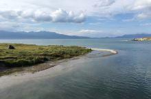 新疆 赛里木湖 赛里木湖,是新疆维吾尔自治区海拔最高、面积最大的高山湖。这里雪涌冰凝,略呈椭圆形的湖