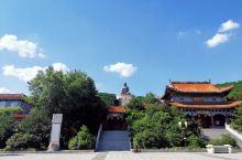 大佛所在的正觉寺,是由该寺第三代传人旅美高僧释佛性大师于1993年恢复重建的。整个寺庙占地近9万平米