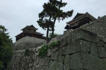 别看日本这城那城,真正明治之前建造保存到现在的只有12座。松山城就是其中之一什么大阪城,名古屋城,里