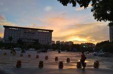 六月的蒙自正是凤凰花开的季节,傍晚一场广大雨过后,遍地落红。
