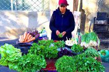 第比利斯小镇,清晨,街道两旁,开始热闹起来。水淋淋,湿漉漉的水果、蔬菜,摆得整整齐齐。新鲜可人。一种