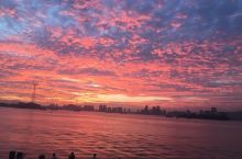 在海湾公园偶看难得一见的火烧云