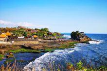 海滩突兀一巨礁,岩石耸立海神庙
