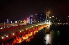 重庆洪崖洞的黑与白 夜晚是洪崖洞的最美时刻,不仅有通明的灯火将11层的巨型建筑点亮的盛景,这里还是寻