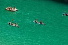 夏天度假的人除了会选择划船进入大峡谷,还会选择在这里晒太阳游泳,不同于马赛和尼斯的沙滩,这里的沙滩绝