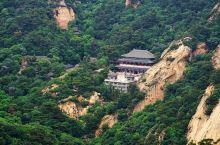 大佛寺景区,一看到大佛寺的牌坊楼宽敞的道路,就能感觉到这里肯定是千山的核心之地。 400万岁天成弥勒