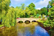 (一)英国的安布尔塞德小镇、鲜花簇拥,路旁蜿蜒的溪流,还有露天咖啡馆。一切如行云流水,人们生活得安逸
