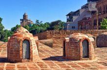 第比利斯,建在温泉上的老城,城里弥漫着硫磺的味道,有很多的浴池。城里的房屋,大都建在两边的峭壁上,颤