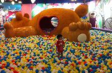 通州万达宝贝王:孩子的玩具天堂 进口处的第一个空间,海洋球世界。球池内的墙上有个巨大的电子屏,是孩子